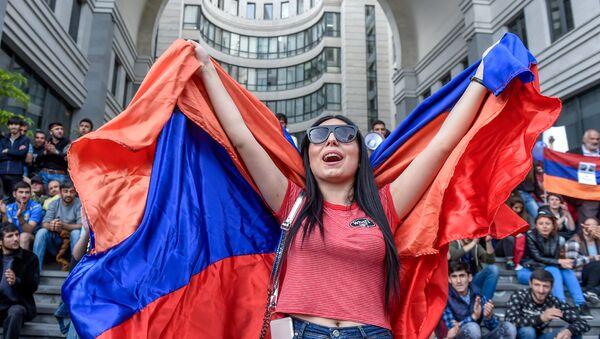 Протестующие у правительственного здания (18 апреля 2018). Еревaн - Sputnik Армения