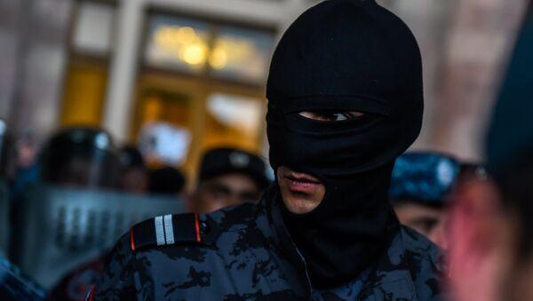 Полицейская баррикада на площадь Республики (19 апреля 2018). Ереван - Sputnik Արմենիա