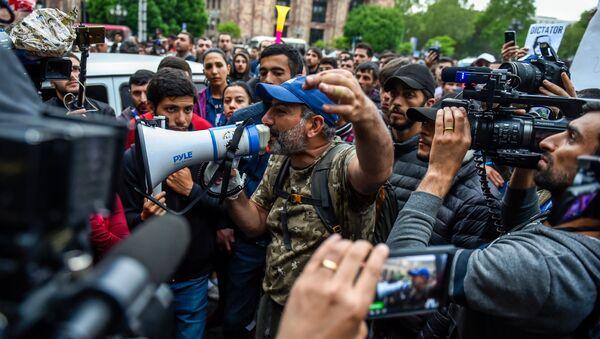 Протестующие во главе с Николом Пашиняном перед Домом правительства на площади Республики (19 апреля 2018). Ереван - Sputnik Արմենիա