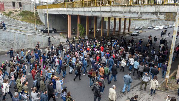 Шествие протестующих на улице Вагаршяна к Давташенскому мосту (20 апреля 2018). Ереван - Sputnik Армения