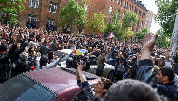 Протестующие перед отделением полиции, где предположительно находится Никол Пашинян (22 апреля 2018). Ереван - Sputnik Армения