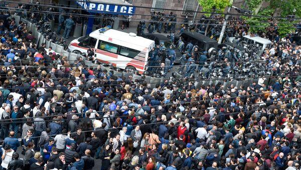 Карета скорой помощи перед отделением полиции, где предположительно находится Никол Пашинян (22 апреля 2018). Еревaн - Sputnik Армения
