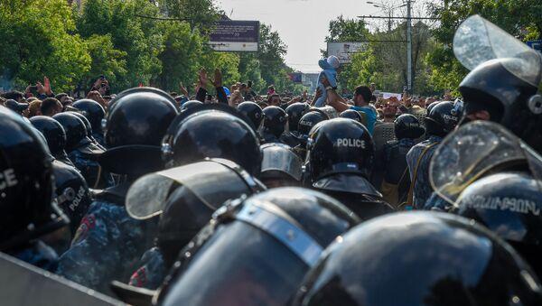 Протестующие перед отделением полиции, где предположительно находится Никол Пашинян (22 апреля 2018). Еревaн - Sputnik Արմենիա