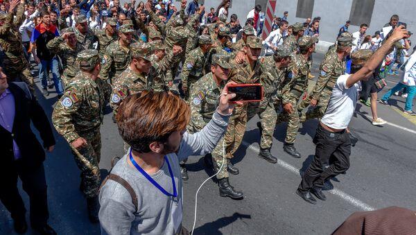 Протестующие в военной форме присоединились к шествию студентов (23 апреля 2018). Ереван - Sputnik Армения