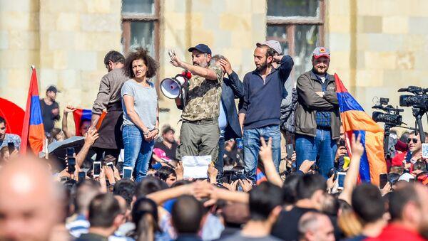 Никол Пашинян, Арарат Мирзоян на Площади Республики (23 апреля 2018). Ереван - Sputnik Армения