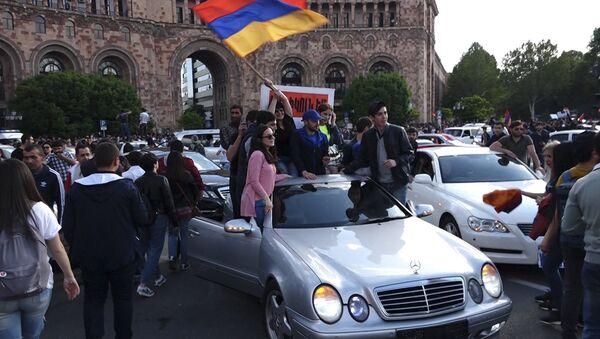 Армяне гуляют по центральным улицам Еревана после отставки премьер-министра Сержа Саргсяна - Sputnik Армения