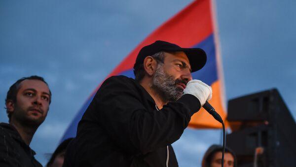 Лидер оппозиционной фракции Никол Пашинян во время митинга на площади Республики (23 апреля 2018). Ереван - Sputnik Արմենիա