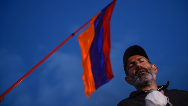 Лидер оппозиционной фракции Никол Пашинян во время митинга на площади Республики (23 апреля 2018). Ереван - Sputnik Армения