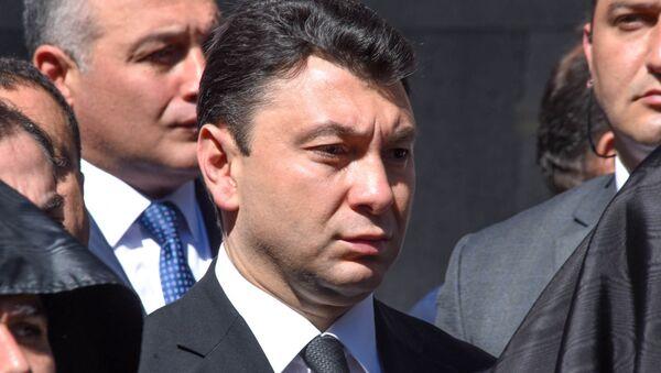 Заместитель Председателя Национального Собрания Армении Эдуард Шармазанов в мемориальном комплексе Цицернакаберд (24 апреля 2018). Ереван - Sputnik Армения