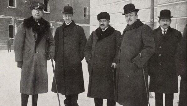 Германский генерал Макс Гофман, министр иностранных дел Австро-Венгрии граф Оттокар Чернин, Талаат-паша и представитель германского МИД Рихард фон Кюльман - Sputnik Армения