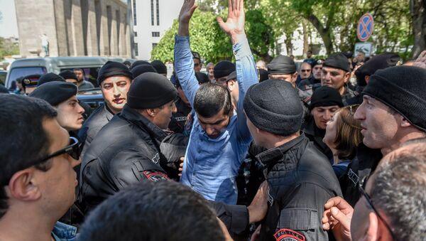 Ситуация на улице Вазгена Саргсяна (25 апреля 2018). Ереван - Sputnik Армения