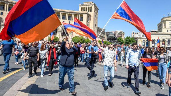 Шествие протестующих на площади Республики (25 апреля 2018). Ереван - Sputnik Армения