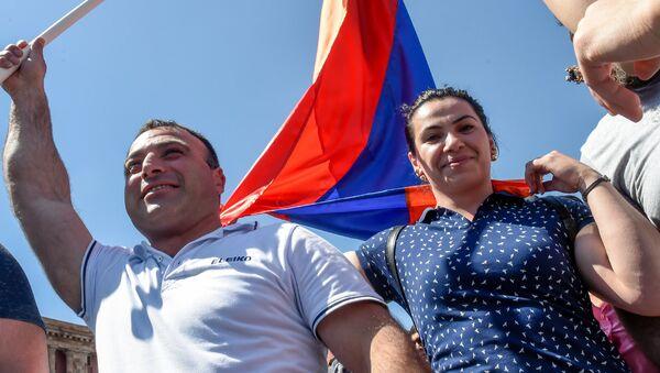 Штангистка Рипсиме Хуршудян во время шествия на площади Республики (25 апреля 2018). Ереван - Sputnik Արմենիա