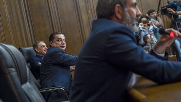 Ваграм Багдасарян смотрит на Никола Пашиняна, который на него не смотрит. (30 апреля 2018). Еревaн - Sputnik Армения