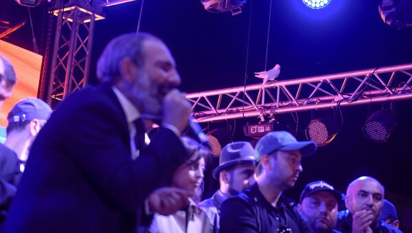 Выступление лидера оппозиционной фракции Елк Никола Пашиняна на митинге на площади Республики после специального заседания парламента (1 мая 2018). Еревaн - Sputnik Արմենիա