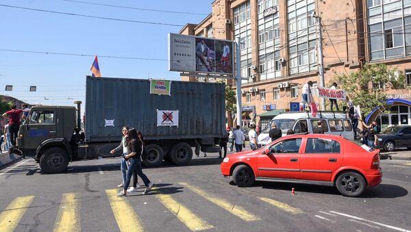 Заблокированный проспект Аршакуняц (2 мая 2018). Ереван - Sputnik Արմենիա