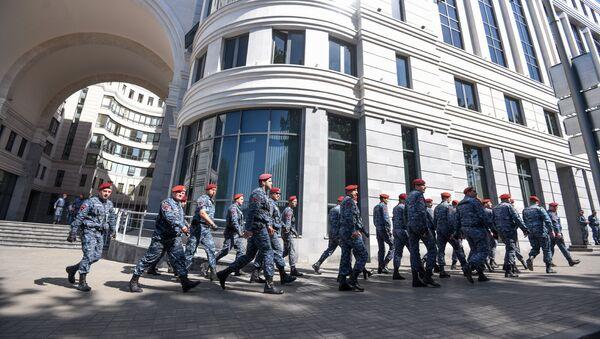 Полицейские перед правительственным зданием (2 мая 2018). Ереван - Sputnik Армения