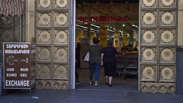 Активисты заблокировали вход супермаркета Yerevan City (2 мая 2018). Проспект Маштоца, Ереван - Sputnik Армения