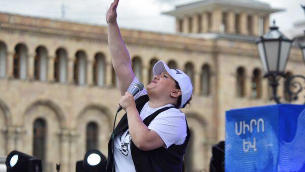 Певица Сона Шахгельдян на площади Республики (8 мая 2018). Еревaн - Sputnik Արմենիա