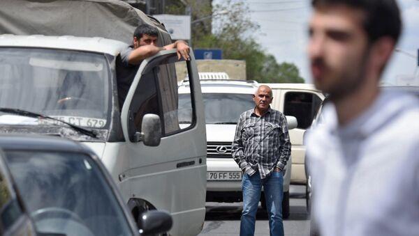 Активисты заблокировали движение улицы Аргишти перед мэрией столицы (10 мая 2018). Ереван - Sputnik Армения