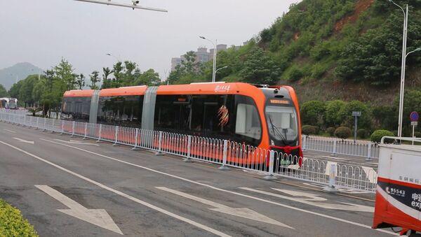 Безрельсовый электропоезд показали в Китае - Sputnik Армения