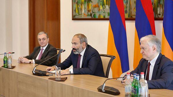 Премьер-министр Никол Пашинян педставил нового министра иностранных дел сотрудникам министерства (15 мая 2018). Еревaн - Sputnik Армения