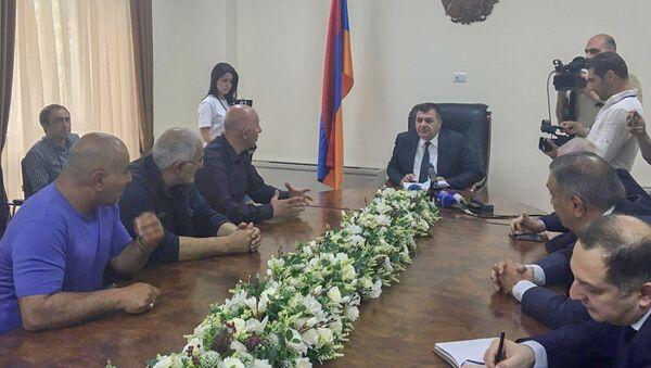 Министр транспорта, связи и информ.технологий Ашот Акопян принял индивидуальных водителей (16 мая 2018). Ереван - Sputnik Արմենիա