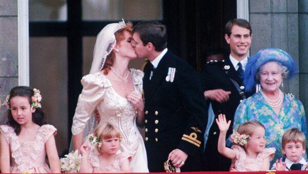 Принц Эндрю целует свою невесту Сару Фергюсон на балконе Букингемского Дворца после свадьбы в Вестминистерском аббатстве (23 июля 1986 года). Лондoн, Великобритaния - Sputnik Армения
