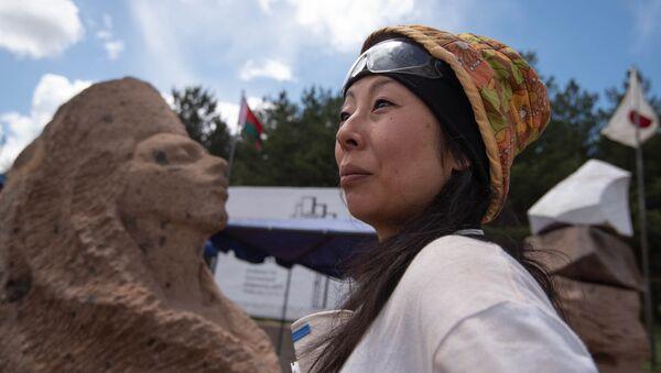 Скульптор из Японии Кумико Сузуки и Ара Прекрасный на Международном симпозиуме скульптуры в Апаране - Sputnik Армения