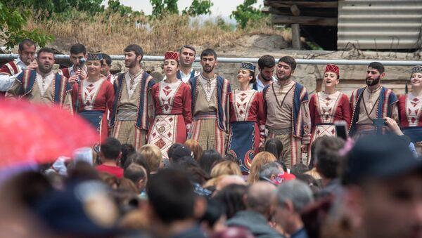 Фестиваль толмы сопровождался народными песнями и танцами (20 мая 2018). Село Хнаберд, Араратская область - Sputnik Армения