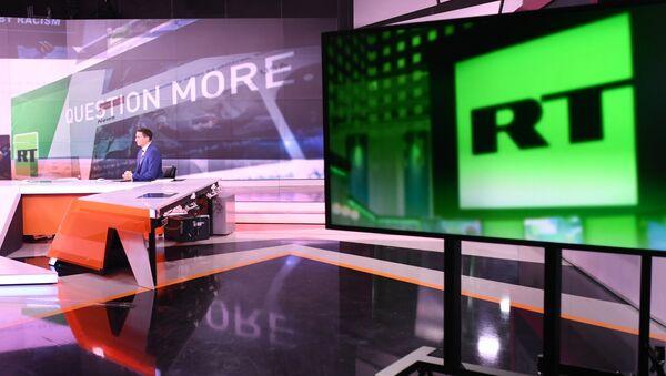 Ведущий Юнен О'Нейлл в студии телеканала Russia Today в Москве. - Sputnik Армения