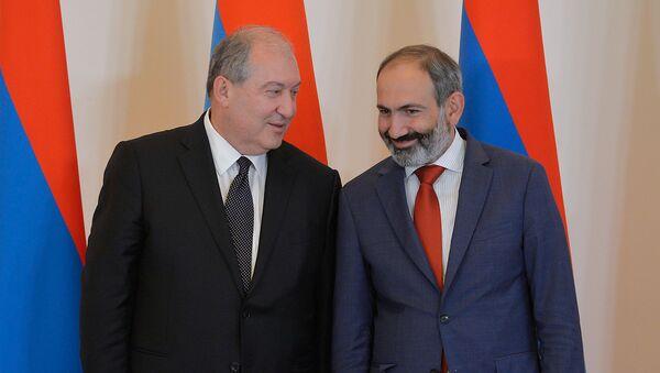 Президент Армении Армен Саркисян и премьер-министр Никол Пашинян во время принятия присяги членов правительства (21 мая 2018). Еревaн - Sputnik Армения