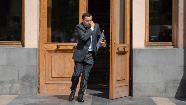 Министр Диаспоры Мхитар Айрапетян возле Дома правительства после внеочередного заседания (22 мая 2018). Еревaн - Sputnik Արմենիա