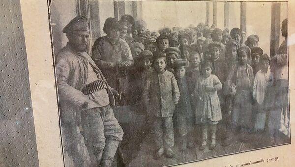 Очередь за хлебом около здания министерства заботы. Национальный архив Армении - Sputnik Արմենիա