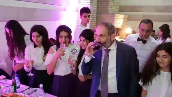 Последний звонок в правительственной резиденции с премьер-министром - Sputnik Армения