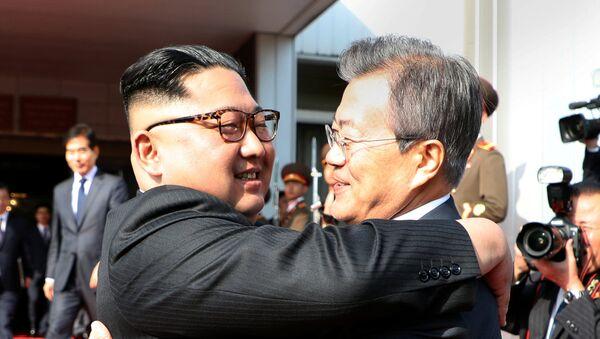 Встреча лидеров Северной и Южной Кореи Ким Чен Ына и Луна Чже (26 мая 2018). Деревня Панмундж, Северная Корея - Sputnik Армения