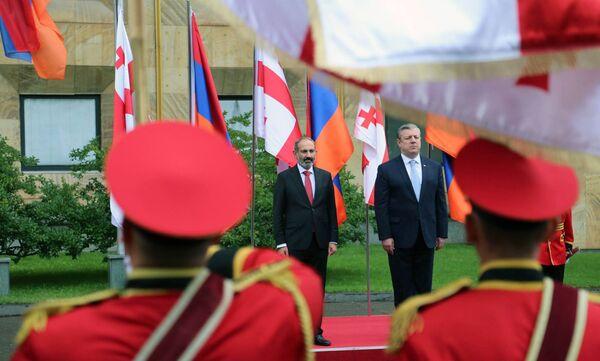 Վրաստանի վարչապետ Գեորգի Կվիրիկաշվիլին դիմավորել է Հայաստանի վարչապետ Նիկոլ Փաշինյանին Վրաստանի կառավարության շենքում (2018թ–ի մայիսի 30)։ Թբիլիսի - Sputnik Արմենիա