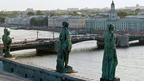 Скульптуры на крыше Эрмитажа. Вид на Дворцовый мост - Sputnik Արմենիա