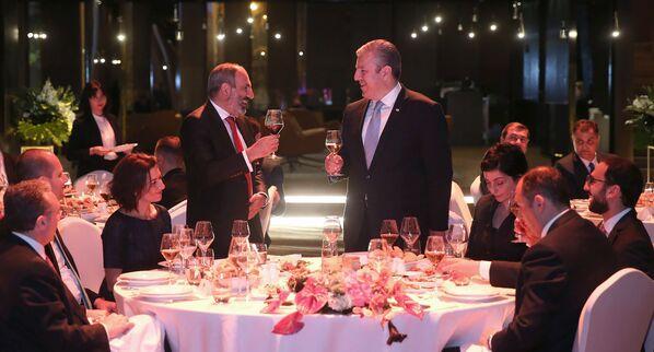 Վրաստանի վարչապետ Գեորգի Կվիրիկաշվիլին հայկական պատվիրակությանը` ՀՀ վարչապետ Նիկոլ Փաշինյանի գլխավորությամբ, հրավիրել է պաշտոնական ընթրիքի (2018թ–ի մայիսի 30)։ Թբիլիսի - Sputnik Արմենիա