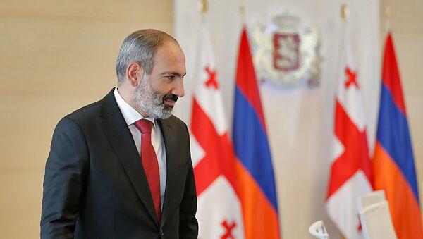Премьер-министр Армении Никол Пашинян во время встречи со спикером парламента Грузии Ираклием Кобахидзе (30 мая 2018). Тбилиси - Sputnik Армения