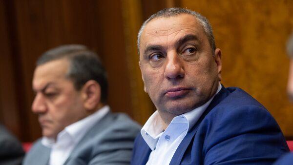 Депутат Самвел Алексанян на внеочередном заседании НС (7 июня 2018). Еревaн - Sputnik Армения