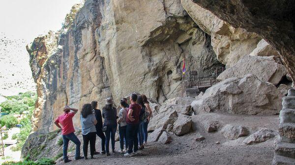 Посетители у пещеры Арени - Sputnik Արմենիա