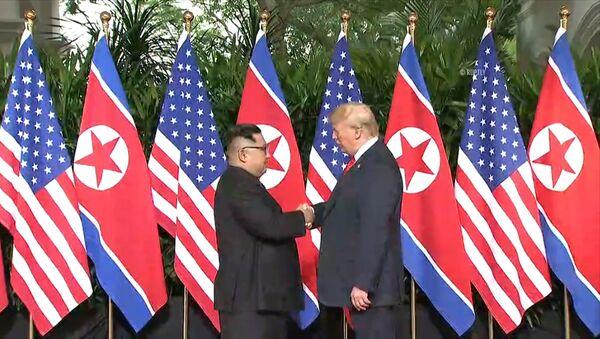 Лидеры США и Северной Кореи обменялись рукопожатием на саммите в Сингапуре - Sputnik Армения