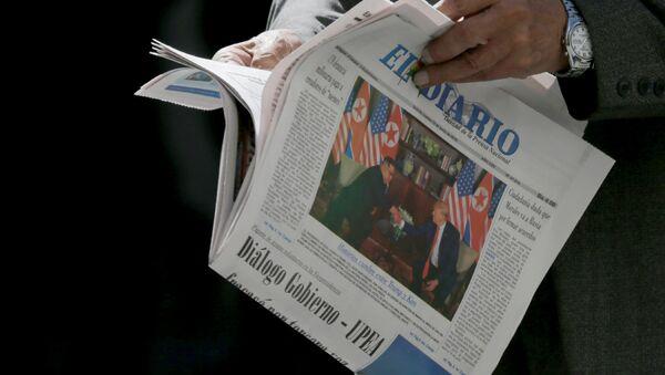 Статья в газете, посвященная встрече лидеров США и Северной Кореи Дональда Трампа и Ким Чен Ына (12 июня 2018). Боливия - Sputnik Армения