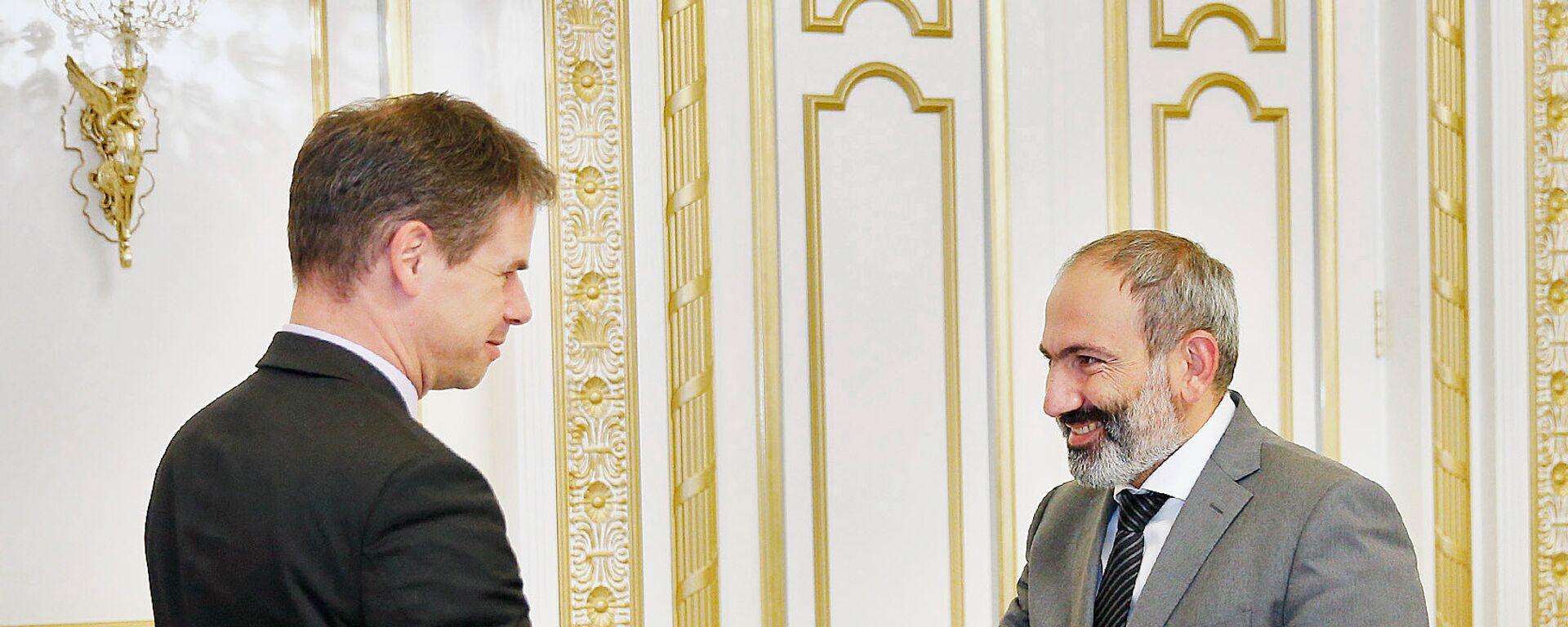 Премьер-министр Никол Пашинян принял чрезвычайного и полномочного посла Франции в Армении Джонатана Лакота (15 июня 2018). Еревaн - Sputnik Армения, 1920, 14.07.2021