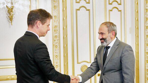 Премьер-министр Никол Пашинян принял чрезвычайного и полномочного посла Франции в Армении Джонатана Лакота (15 июня 2018). Еревaн - Sputnik Армения