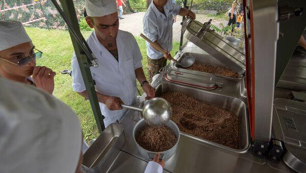 Мнистерство обороны Армении представило образцы формы и продовольствия в парке Победы (16 июня 2018). Еревaн - Sputnik Արմենիա