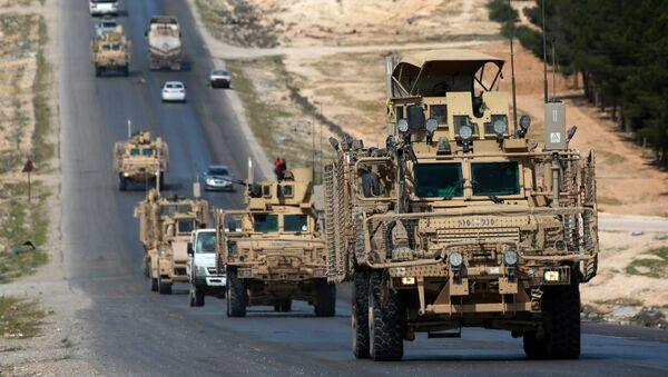 Военная колонна коалиционных сил, поддерживаемых США, движущиеся городе Манбидж (3 апреля 2018). Сирия - Sputnik Армения