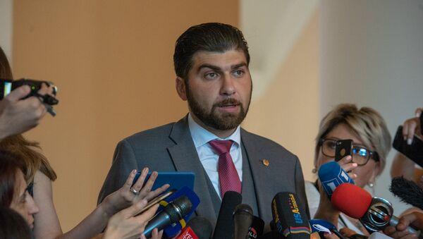 Глава гос.контрольной службы Армении Давид Санасарян беседует с журналистами (21 июня 2018). Еревaн - Sputnik Армения