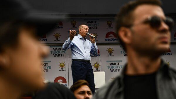 Президент Турции Реджеп Тайип Эрдоган выступает на митинге в Стамбуле 23 июня 2018 года накануне президентских выборов - Sputnik Армения
